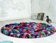 Interior decotration, interior art and design objects: soft sculptures made out of pompons. Diy Carpet, Carpet Tiles, Cheap Carpet, Hall Carpet, Yarn Crafts, Diy And Crafts, Carpet Squares, Pom Pom Rug, Pom Poms