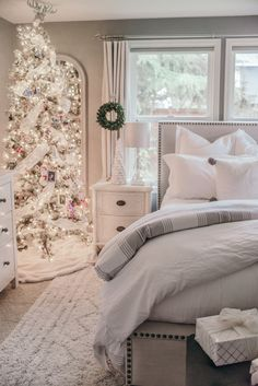 Gorgeous 65 Inspiring Apartment Christmas Decoration on A Budget https://homstuff.com/2017/11/13/65-inspiring-apartment-christmas-decoration-budget/
