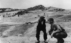 Contadino siciliano indica a un ufficiale americano la direzione presa dai tedeschi, 1943  di Robert Capa