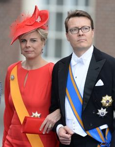 holanda Princess Laurentien looked very elegant in a red statement hat trimmed with matching red net designed by Fabienne Delvigne.