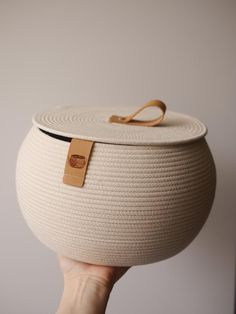 Artesanato Rope Basket Storage Basket Rope Basket with Lid Cosmetics Storage Baskets With Lids, Basket Storage, Rope Basket, Basket Weaving, Indoor Plant Pots, Diy Purse, Basket Decoration, Fabric Storage, Jewelry Holder
