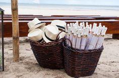 Chapéu e sombrinhas para os convidados em um casamento na praia. Fotos: Lifelines