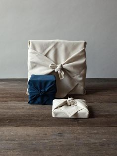 Furoshiki is a traditional Japanese wrapping cloth that is used to wrap all sorts of objects, often in elaborate shapes. In Japanese culture, furoshiki function Diy Holiday Gifts, Diy Gifts, Handmade Gifts, Wrap Gifts, Fabric Gifts, Paper Gifts, Paper Paper, Gift Wrapping Clothes, Wrapping Gifts