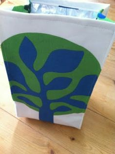 This looks like an easy insulated lunch bag.   I might make this one!