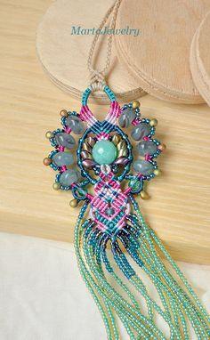 ❧ C'est un collier de perles micro-macrame. ❧ Le collier est long et pendantes. ❧ j'ai utilisé turquoise, vert d'eau, turquoise, rose pâle, magenta, couleurs de paon, or rose. Matériaux de qualité ❧ utilisé. ❧ La conception originale.  ❧ les mesures: Le pendentif - 18,5 cm/7,3 pouces. Chaque tressée - 50 cm / 20 pouces de près. Le collier a un Fermoir réglable (une perle de verre).  ❧ les matériaux utilisés: -la perle de pierres précieuses (quartz), -Perles de verre tchèque, -Perles de…