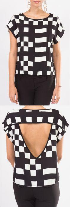 Esta blusa KAMI blanco con negro y escote en V, es perfecta para combinarla con accesorios dorados.