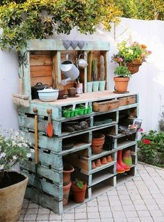 Inspiring potting bench ideas and potting bench plans so you can build your own potting table. DIY pallet potting bench & more! Old Pallets, Pallets Garden, Wooden Pallets, Pallet Gardening, Organic Gardening, Recycled Pallets, Gardening Tips, Pallet Wood, Garden Ideas With Pallets