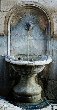 Fuente en la calle de Roma Italia.