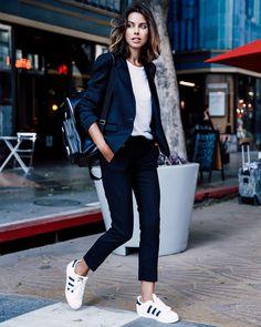 look annabelle fleur calça preta tênis branco blazer