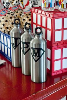 Superhero water bottle favors: vinyl cut with Silhouette Cameo