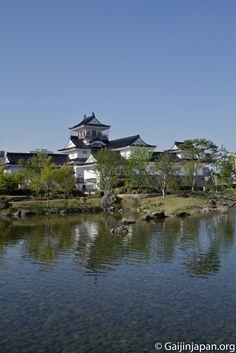 Le château de Toyama précédé d'un petit point d'eau qui accentue le charme du lieu.