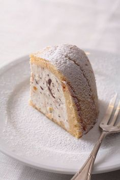 """ZUCCOTTO dolce tradizionale Toscano, tipico Fiorentino, farcito con ricotta di pecora, cacao in polvere, canditi, zucchero e ricoperta di pan di Spagna fatto di uova, farina, zucchero, burro, vaniglia e scorza di limone grattugiato. Una variante prevede panna e gocce di cioccolato anziché la ricotta. Creato da Bernardo Buontalenti per uno dei banchetti della famiglia Medici; chiamato """"Elmo di Caterina"""" #CarnevaliLuigi https://www.facebook.com/IlBuongustaioCurioso/"""