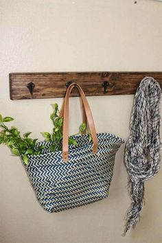 Rustic Hook Decor - Cool Home WoodWorking Project Ideas To Try Woodworking Furniture Plans, Woodworking Projects That Sell, Woodworking Classes, Woodworking Crafts, Woodworking Shop, Popular Woodworking, Woodworking Quotes, Woodworking Patterns, Woodworking Articles