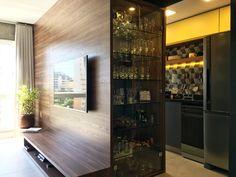 Cristaleira divide ambientes. RABISCO ARQUITETURA #cozinha #interiores #arquitetura #arte #art #kitchen #funcional #gesso #sofa #tv #texture #modern #moderno #metal #iluminaçãoexterna #rabisco #madeira #wood #clean #granito #piso #contemporanea #adesivado #parede #wall #iluminação #swan #jantar #cadeira #quadro #decoração #decore #bancada #integração #integrado #ambiente #escada #stair #fogão #forno #sala #cristaleira #cristal #ambientes