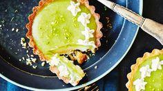 En klassisk mojito består af hvid rom, rørsukker, frisk mynte og masser af lime. Her får ingredienserne comeback i skriggrønne portionstærter. Her får du opskriften på mojito-tærter med romganache og limecurd