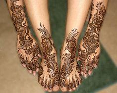 Op verjaardagen, bruiloften en elke andere gelegenheid versier ik voor de bezoekers henna op de handen en/of voeten.