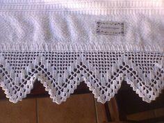 Este bico de toalha de banho de crochê, foi feita com a linha Cléa na cor branco e preto.  Este preço é só o bico!  Obs.: Faço do tamanho e cor que desejar. R$ 15,00