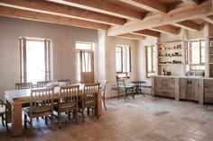 המטבח גדול יותר מהסלון, וכולל גם פינת אוכל. רוב הרהיטים עשויים מעץ טבעי - אין חומרים פלסטיים או סינטטיים, אין ''סטים'' או ריהוט מעצבים (צילום: יעלי גבריאלי)