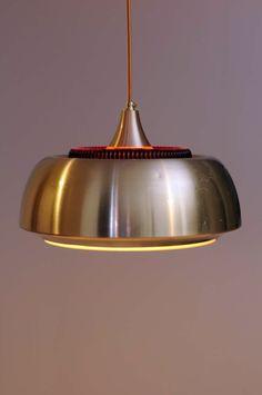 Lampa duńska. Producent: współpraca Lyfa Dania i Orrefors Szwecja. Projektant: Carl Fagerlund. Rok: 1970. Klosz zewnętrzny jest metalowy, środkowy szklany. Średnica 35 cm. Wysokość: 30 cm