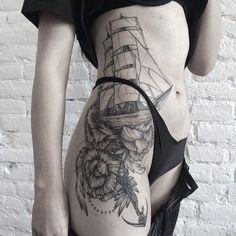 Significado Completo da Tatuagem de Âncora | barco e flores na perna e costela