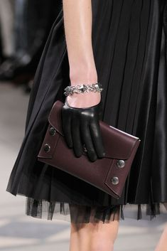 Mulberry at London Fashion Week Fall 2016 - Details Runway Photos Burberry Handbags, Prada Handbags, Purses And Handbags, Small Leather Bag, Leather Bags, Mulberry Bag, Burberry Women, Kinds Of Clothes, Black Cross Body Bag