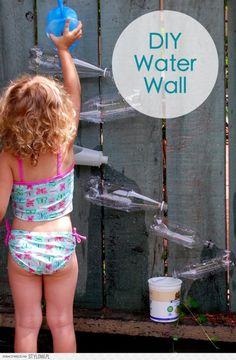 Oude flessen niet weggooien A.U.B. Gebruik ze om een gave waterval te maken voor kinderen. (www.opvoedproducten.nl)