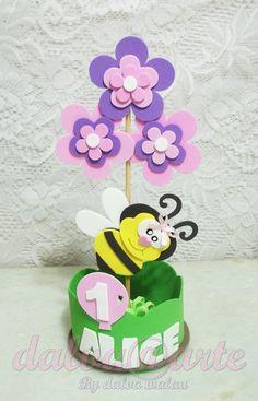 ***Centro de mesa tema jardim***  ***Acompanha o nome e a idade da aniversariante***  ***Não acompanha suporte para balão***  ***A cor das flores podem ser alterada***  ***Fabricamos: Passarinho/joaninha/abelhinha/caracol/lagarta/sapinho/coruja/borboletinha.***