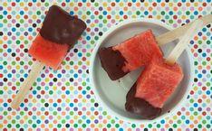 Sund og nem is lavet af vandmelon, overtrukket med chokolade. Se opskriften og billeder her.