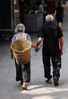 I love when old couples hold hands Vieux Couples, Old Couples, We Are The World, People Of The World, Old Love, All You Need Is Love, Grow Old With Me, Growing Old Together, Lasting Love