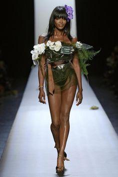 Gaultiers Frühjahr-/Sommer-Kollektion zeichnet sich durch schrille Entwürfe aus. Hier schwebt Naomi Campbell als Blume über den Catwalk.