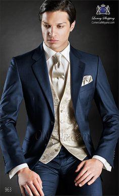 """Traje de novio azul en tejido ligero """"New Performance"""". Corte clásico sartorial con botones corozo y dos aberturas."""