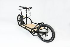 Here is the Cometa Cargobike, a bike designed in homage to the Bullitt. It has been designed and produced in Spain. Bamboo Bicycle, Bmx Bicycle, Bicycle Wheel, Bicycle Shop, Bullitt Bike, Velo Cargo, Touring Bicycles, Bicycle Painting, Velo Vintage