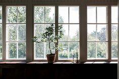 Keltainen talo rannalla: Tunnelmallisia ja kauniita koteja Wooden House, Spotlights, Elle Decor, My Dream Home, Countryside, Villa, Woodworking, Windows, Living Room