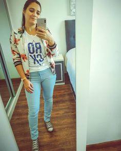 """12 Me gusta, 4 comentarios - Nᴀᴛᴀʟɪᴀ M. Vɪsᴄᴀʀʀᴀ 💋 (@fielconmiestilo) en Instagram: """"˙·٠•●♥ Look del día ♥●•٠·˙  Últimamente se me ha dado por los tonos pastel 🍥🧁  Amo el…"""" Estilo Floral, Capri Pants, Instagram, Fashion, Pastel Shades, Moda, Capri Trousers, Fashion Styles, Fashion Illustrations"""