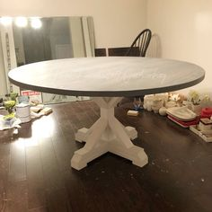 table Antique Roses - Proving That Old is Good! Farmhouse Round Dining Table, Circle Dining Table, Diy Dining Table, Farmhouse Decor, Farmhouse Ideas, Dining Area, Farmhouse Style, Palette, Handmade Table