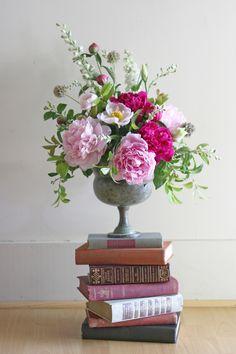Stuff We Love: Yasmine Floral Design - Floral Decor Floral Vintage, Deco Floral, Arte Floral, Vintage Flowers, Vintage Flower Arrangements, Beautiful Flower Arrangements, Floral Centerpieces, Wedding Centerpieces, Tall Centerpiece