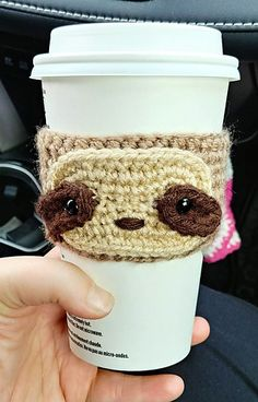 Crochet Patterns For Beginners Free Crochet Sloth Cup Cozy Pattern from The Loopy Lamb. An adorable and quick crochet pattern that is great for beginners. Coffee Cozy Pattern, Crochet Coffee Cozy, Crochet Cozy, Crochet Gratis, All Free Crochet, Easy Crochet, Quick Crochet Gifts, Coffee Cup Cozy, Popular Crochet
