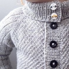 [ G R Å T I N D J A K K E N ]  Jeg ble spurt om knappene på kragen hadde noen funksjon, og det har de. Jakke og varm hals i ett, alt etter behov. Mønsteret er snart klart til teststrikking. Tusen takk for alle nydelige tilbakemeldinger!  // A two in one cardigan , make it a high or low neck as you wish. Thank you for all lovely feedback for my designs  #gråtindjakke