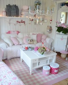 Cute And Chic Living Room Design For Your Home – With shabby chic an owner can have a frilly lamp covered in beads, and a sturdy bookshelf with paint chipped away, yet somehow it all manages to tie i… Cottage Shabby Chic, Shabby Chic Mode, Shabby Chic Kitchen Decor, Shabby Chic Living Room, Shabby Chic Bedrooms, Shabby Chic Style, Shabby Chic Furniture, Bedroom Furniture, Boho Chic