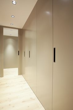 El pasillo integra una fila de armarios muy prácticos pero que no saltan a la vista. Los colores neutros nos permiten crear calidez y a la vez sencillez.