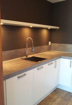 Blinde wandplank met LED spotjes Kitchen Flooring, Kitchen Cabinets, House Goals, New Kitchen, Cupboard, Led, Kitchen Design, Sweet Home, New Homes