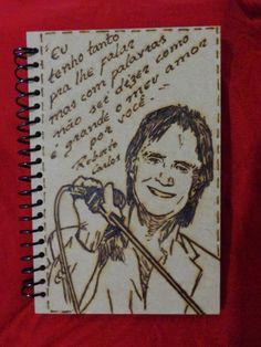 Caderno pirografado com foto do Cantor Roberto Carlos e trecho de sua música.