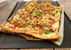 Pizza de luxe! Mit frischen Waldpilzen, pikant-süßen Kirschpaprikas und Lauch belegt, ist sie ein Genuss für Augen und Gaumen. QimiQ Saucenbasis unterstreicht den Eigengeschmack der Zutaten.