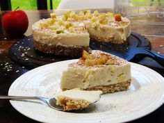 Slimming Almost Syn Free Apple Crumble Cheesecake - Slimming World - 1 Syn Per Slice - Autumn Recipe - Epic PROPER cheesecake for just 1 syn per slice! Slimming World Cheesecake, Slimming World Cake, Slimming World Desserts, Slimming World Syn Values, Healthy Dessert Recipes, Sweet Desserts, Baking Recipes, Drink Recipes, Yummy Recipes
