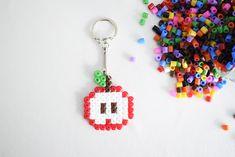 DIY pour réaliser un porte-clés en perles Hama. Tutoriel facile pour les enfants. #perleshama #diy #doityourself #tutoriel #porteclespomme #portecles #perleshama Personalized Items, Diy Tutorial, Hama Beads, Children