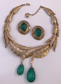 If you want to buy or collect vintage costume jewelry, learn what to look for and where to look. There is something for who is interested in vintage jewelry. Walmart Jewelry, Jewelry Stores, Jewelry Sets, Jewelry Necklaces, Statement Jewelry, Glass Jewelry, Jewelry Making, Antique Jewelry, Vintage Jewelry