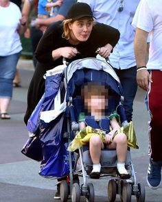 """Адель (Adele) разрешила сыну Анджело нарядиться в принцессу Анну из м/ф """"Холодное сердце"""" - сегодня веселую семью певицы можно было увидеть в калифорнийском Диснейленде. #mom2bestars #стопричинрожатьвсша #mom2be #родывсша #родысмужем #родыбезболи #родывкалифорнии #родывмайами #родывлосанджелесе #родысмужем #adele #disneyland by mom2be_official"""