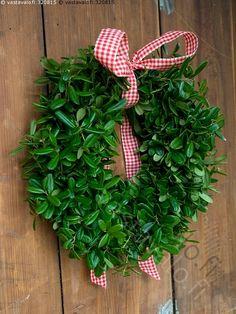 Joulukranssi - joulu joulukranssi kranssi vihreä puolukka puolukkakranssi seppele jouluseppele punainen ruudullinen nauha koristenauha koriste joulukoriste ovi vanha Christmas Wreaths, Christmas Crafts, Xmas, Natural Materials, Diy And Crafts, Joy, Make It Yourself, Holiday Decor, Flowers