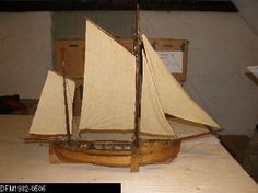 Model af åledrivkvase fra 1890*erne, vistnok bygget af havnefoged Schmidt, Fredericia. Skibet har to master og fire sejl samt klyverbom for og drivbom agter. Skibet er delvis overdækket. Sidesværd.  Da drivkvaser næsten ingen køl havde, kunne de drive sidelæns, trækkende drivvoddet gennem ålegræsset. Når fiskeriet var overstået, sænkede man sidesværdene, og fik på den måde en længdeværts fremdrift.