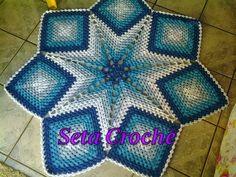 Tapete estrela feito em crochê com barbante em tons degradê, com 1.20m de diâmetro.